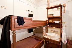 Sur le Titanic, trois classes de cabines différentes étaient proposées aux voyageurs. En 1re et même en 2e classes, certaines chambres disposaient de salles de bains privatives. Mais nombreuses étaient celles qui ne comportaient qu'un lavabo, comme le montre cette reconstitution. © Titanic Belfast