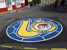 Escudo de @Cheryl Blondin TIGRES pintado en una calle. ¡Esto es Tigres UANL!