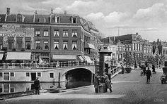 Hoek Hoogstraat/Nieuwe Rijn gezien vanaf de Aalmarkt (1930).