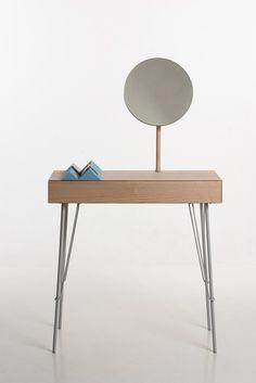 nuut table by marianne brattebo Un bureau ou peut être une idée de coiffeuse dans un salon? #hairmaps#design#hair