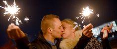 Ein Paar küsst sich bei Silvesterparty am Brandenburger Tor (Bild: dpa, 31.12.2012)