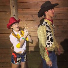 Cool Halloween Couple Costumes Woody and Jessie Toy Story Couple Costume.Woody and Jessie Toy Story Couple Costume. Halloween Kostüm Joker, Cute Couple Halloween Costumes, Best Couples Costumes, Cute Halloween Costumes, Diy Costumes, Halloween Diy, Halloween Couples, Couple Costume Ideas, Disney Couple Costumes