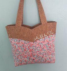 Pour mon sac de rentrée j'ai choisi le modèle Annie de @verosacotin . Un modèle que je trouve superbe avec son empiècement vague. J'ai sorti deux de mes précieux avec ce tissu liège pailleté que je voulais tester depuis un moment et un liberty que j'adore !Avec un nouveau sac la reprise du boulot passe mieux ... ou pas 😂..#couture #sacotin #sac #liege #liberty
