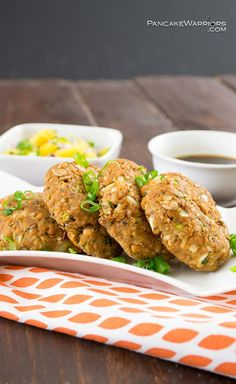 Asian Salmon Cakes are an easy, inexpensive dinner option. Gluten free, low fat, paleo and Whole30 approved. | www.pancakewarriors.com