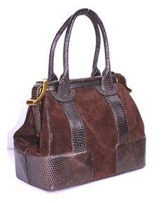 Джудит Либер (урожденная Пето) уже многие годы признана лучшим из лучших дизайнеров сумок. Во время второй мировой войны ее еврейская семья бежала из родного Будапешта в Швейцарию, где у отца Джудит Пето был дом. После войны семья вернулась в Венгрию. Джудит стала первой женщиной, вошедшей в венгерскую гильдию дизайнеров. В 1963 году открылся ее первый бутик сумок.