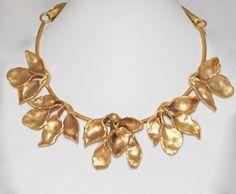 Gargantilla de hojas en bronce con baño de oro de Rocio Porres
