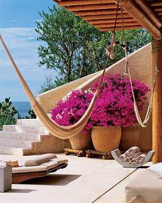 Pórtico con un posible espacio para hamacas. Plantas en macetas de barro de gran…