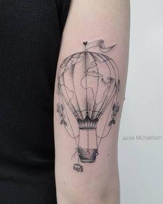 Tatuagem criada por Jacke Michaelsen (jackemichaelsen) de Curitiba.    Balão com mapa mundi desenhado.