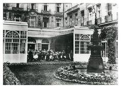 Vornehme Gesellschaft: Gäste im geöffneten Wintergarten des Adlon. Das Hotel war damals bekannt für seine eleganten Tanztees am Nachmittag.