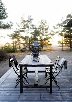 Tee se itse -terassipöytä. Backyard, Patio, Green Garden, Outdoor Furniture, Outdoor Decor, Terrace, Outdoor Living, Cottage, Minimalism