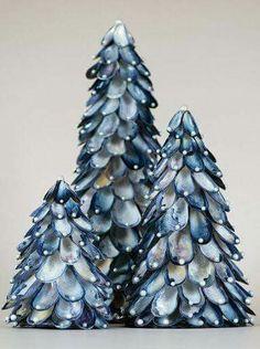 Kerstboom gemaakt van mosselschelpen