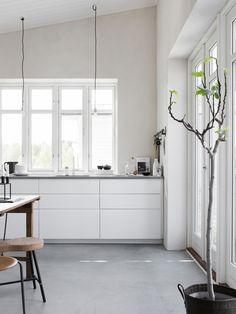 White kitchen with concrete floor. Pella Hedeby, photo by Sara Medina Lind Pella Hedeby, Cuisines Design, Küchen Design, Design Ideas, Scandinavian Home, Concrete Floors, Concrete Kitchen Floor, White Cabinets, Upper Cabinets