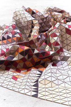 """La série """"Wooden Textiles"""" de la designer allemandeElisa Strozyk, qui imagine de superbes couvertures et tapis en bois, nés d'un assemblage fascinant de pet"""