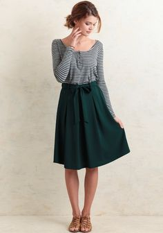 Take it from the office to a dinner date, this green knee-length skirt is designed with a flowy silhouette and inverted pleats at the front. Accented with a self-tie bow at the partially elastici...