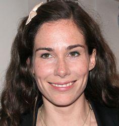 Halina Reijn 10-11-1975  Nederlands actrice en schrijfster. Ze is geboren in Amsterdam, en opgegroeid in Wildervank (Groningen). Zij is winnares van de Theo d'Or, een Nederlandse toneelprijs. In 2007 vertolkte ze de rol van Mabel Wisse Smit in de tweedelige televisieserie De Prins en het Meisje, waarvoor ze een Gouden Kalf voor beste actrice ontving. In 2009 was er de Hollywoodfilm Valkyrie, waarin ze een rol speelde naast o.a. Tom Cruise. https://youtu.be/6R5jiQJXAMk