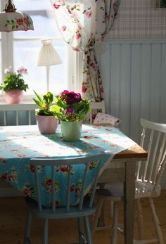 So cheerful and inviting, yet simple...pretty! #shabbychickitchencurtains