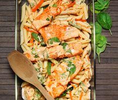 Här är ett gott och fräscht recept på lax med bladspenat och pasta. En snabblagad, krämig och läcker rätt som livar upp vardagen på ett trevligt sätt.