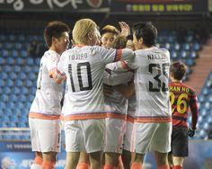 [ AFCチャンピオンズリーグ2013 浦項 vs 広島 ] 念願の先制点に喜ぶ広島の選手たち。勝点3に一歩近づいた。  ☆ACL特集   ホームゲームチケット情報  2013年4月10日(水):浦項スティールヤード