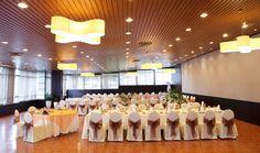 El Salon BETANZOS con 312m2, reune todos los requisitos para su utilizaciu00f3n tanto para bodas como para un evento, en Santiago y sin salir de la comodidad de un hotel. Adecuada para realizar reuniones o comidas de trabajo de grandes dimensiones, ofrece múltiples posibilidades de uso y es particularmente indicada para show rooms ya que se encuentra iluminada por ambos lados con luz natural.. Event Room, Luz Natural, Rooms, Table Decorations, Tinkerbell, Function Hall, Baptisms, Reunions, Going Out