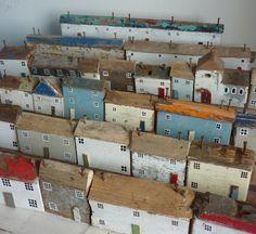 Esculturas casas madera reciclada