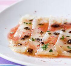 Ceviche van gerookte helbot met bloedsinaasappel, roze peper en zwarte olijfolie