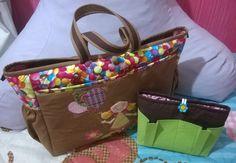 Bolsa de passeio em patchwork e decorada com patch aplique, acompanha organizador de bolsa.