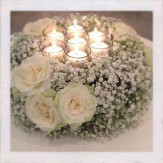Centrotavola con candele, con gypsophila e rose