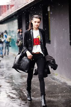 Fotos de street style en Milan Fashion Week: Detalles pop en un look goth