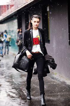 Fotos de street style en Milan Fashion Week: Detalles pop en un look goth