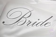 Para que el día de la boda te arregles con mucho estilo una bata para novia sin duda hará que lo logres. Mira cómo conseguirla en Darling Bride, mi marca para novias ¡haz tu pedido ya! #bodas #elblogdemaríajosé #batasnovia #batanovia #briderobe