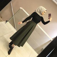 de la de labsa stara w rasha mn el brd 😂😂 Modern Hijab Fashion, Hijab Fashion Inspiration, Muslim Fashion, Modest Fashion, Skirt Fashion, Fashion Outfits, Hijab Outfit, Hijab Dress, Hijab Elegante