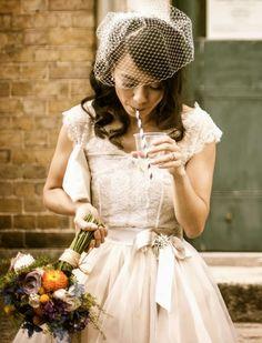 robe de mariée vintage, voilette et bouquet de dahlias, roses et fleurs des…
