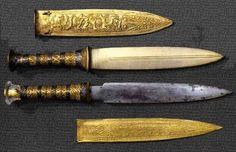 Dagas de Tutankamon (h. 1343-1325 a.C.). Estas Estas dagas estaban dentro de los vendajes o envolturas funerarias de la momia deTutankamon. El superior tiene la hoja de bronce y el inferior, más raro, de hierro meteórico. Las guarniciones son de oro y el pomo del inferior de cristal de roca.