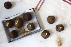 Lakritsfudge som är fullproppade med lakritspulver, kakao och toppade med lite salt. Perfekt för lakritsälskare!
