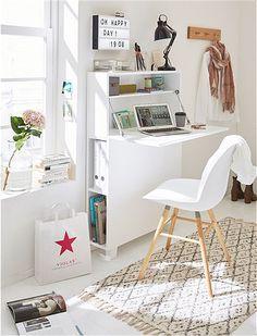 Schmalspur: Der Sekretär mit Aufbewahrung bietet alles, was üppige   Arbeitstische auch bieten - und noch viel mehr! Das kompakte Möbelstück   lässt sich im Handumdrehen aufklappen und zum Sekretär umwandeln. Dann   kann darauf geschrieben und abgelegt werden. Apropos ablegen: Hierzu   befinden sich zwei Regalfächer im Inneren des Möbelstücks, die mit   Schreibuntensilien oder Notizblöcken befüllt werden können. Kids Desk Space, Small Room Desk, Desk In Living Room, Desks For Small Spaces, Furniture For Small Spaces, Room Design Bedroom, Creative Bookshelves, Diy Home Decor, Room Decor