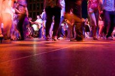House dance is ontstaan in New York en Chicago in de jaren '80 en wordt vooral gedanst op house muziek. Het is een combinatie van footworks, groove of jack en lofting (grondbewegingen) gebaseerd op invloeden van Afrikaanse dans, tapdans en capoeira. Deze improvisatiedans bestaat niet enkel uit complex voetenwerk maar ook vloeiende bewegingen in het bovenlichaam en op de grond.
