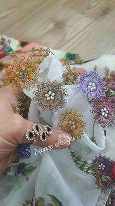 İğne oyası Embroidery Sampler, Needle Lace, Elsa, Diy And Crafts, Kili, Jewelry, Crochet Lace Edging, Molde, Kawaii Style