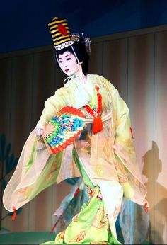 Tsuneyu つね有, a geiko of Gion Higashi 祇園東, dancing as a Shinto priestess for a plentiful harvest of rice in early spring - Kyoto - 2006  Source : Melissa Rose Chasse Flickr