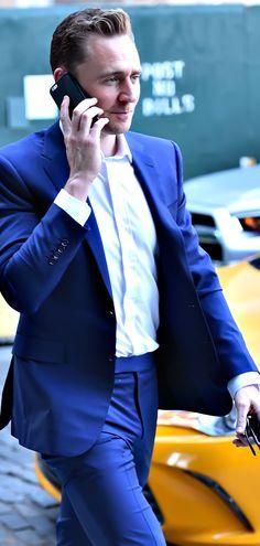 Tom Hiddleston spotted in New York City on April 18, 2016. Full size image: http://ww3.sinaimg.cn/large/6e14d388gw1f32l6ycn1nj21q42lbe82.jpg Source: Torrilla, Weibo