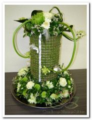bloemschikken groen met wit www.goedkoop-bloemschikken.nl | von Goedkoop-Bloemschikken White Flower Arrangements, Silk Arrangements, Flower Vases, Flower Art, Corporate Flowers, Simple Centerpieces, So Creative, Arte Floral, Floral Bouquets