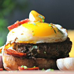 You will love this Portuguese Hamburger Recipe. If you love Hamburger, Eggs and Chorizo, it will soon be your favorite Portuguese Recipe. Hamburger With Egg, Hamburger Recipes, Beef Recipes, Burger Mania, Easy Weekday Meals, Meals For One, Good Food, Stuffed Peppers, Portuguese Recipes