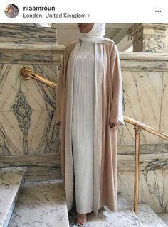 Providing the latest in hijab fashion trends, beauty tips, faith and health advice. Muslim Women Fashion, Islamic Fashion, Hijab Outfit, Abaya Fashion, Modest Fashion, Modest Clothing, Women's Fashion, Turban Hijab, Eid Outfits