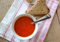 Gezonde paprika-tomatensoep || paprika, ui, tomaten, gedroogde basilicum, water, peper en zout, eventueel bouillonblokje