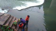 Lavando verduras en el rio