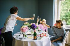 Frauenrunde.. nochmal gemeinsam Sektchen trinken bevor die Hochzeit losgeht von Oleg Rostovtsev