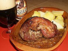 Kolena si předvaříme kvůli vykostění.Smícháme francouzskou hořčici arozmačkaný česnek, zalejeme pivkem auděláme ztoho kašičku.Kolínka hezky... Czech Recipes, Pork Roast, Food 52, Meat Recipes, Slow Cooker, Steak, Food And Drink, Menu, Tasty