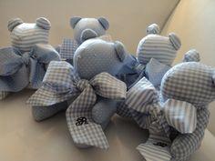 Ursos - Lembrancinhas Maternidade ! ( 10cm ) A chegada do baby ou a festinha de 1 ano ficarão mais encantadoras c/ esta lembrancinha super fofa ! Mini-ursinhos feitos de algodão puro e seus laçarotes em composê na cor azul-bebê Bordado o nome tem acréscimo de 3,00 cada e inicial 2,00 cad... Baby Shawer, Baby Toys, Baby Dior, Baptism Favors, Fabric Toys, Stuffed Toys Patterns, Softies, Burlap Wreath, Baby Shower Gifts