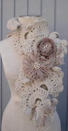 I've seen this pattern for a bracelet, I figure that with a bulky yarn and a big hook can turn into this! :-)