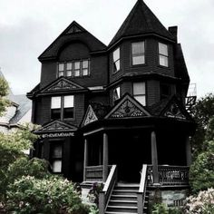 victorian house // Oh how I desperately want to live in this house