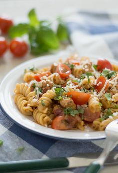 Pasta with sun dried tomato. Pasta with sun dried tomato (in Dutch) Macaroni Pasta, Penne Pasta, Healthy Diners, Lunches And Dinners, Meals, Pasta Recipes, Veggies, Food And Drink, Tasty